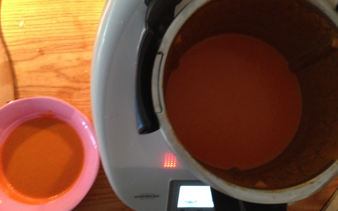 Tomatsuppe med dampet fisk og saltet ymer
