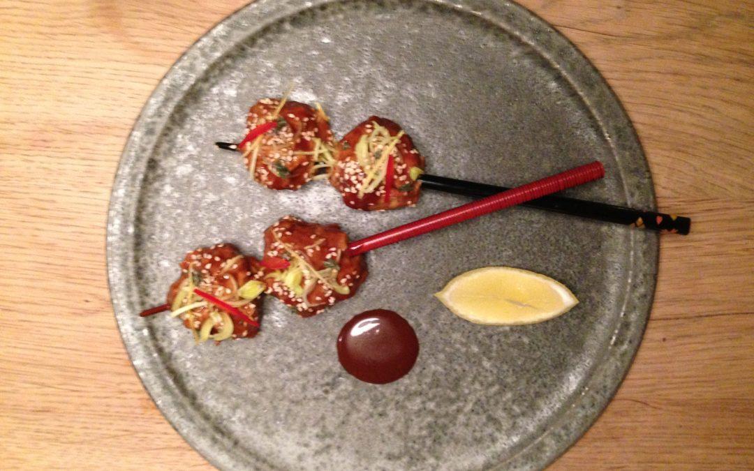 Fjerkræsboller i asiatisk sauce toppet med porre, chili og ristet sesam